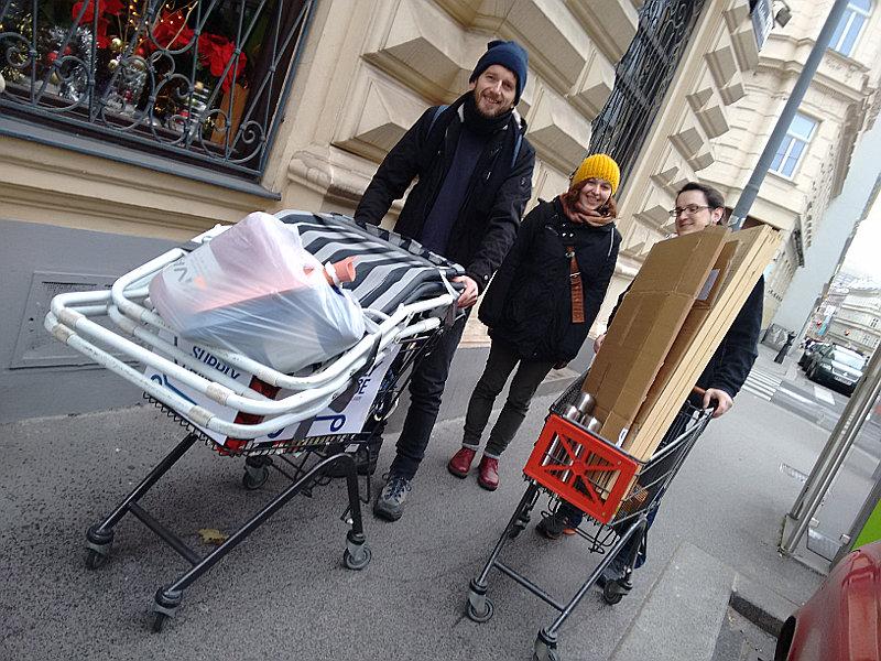 Wiener Südwind AktivistInnen auf dem Weg in die Wiener Mariahilfer Straße