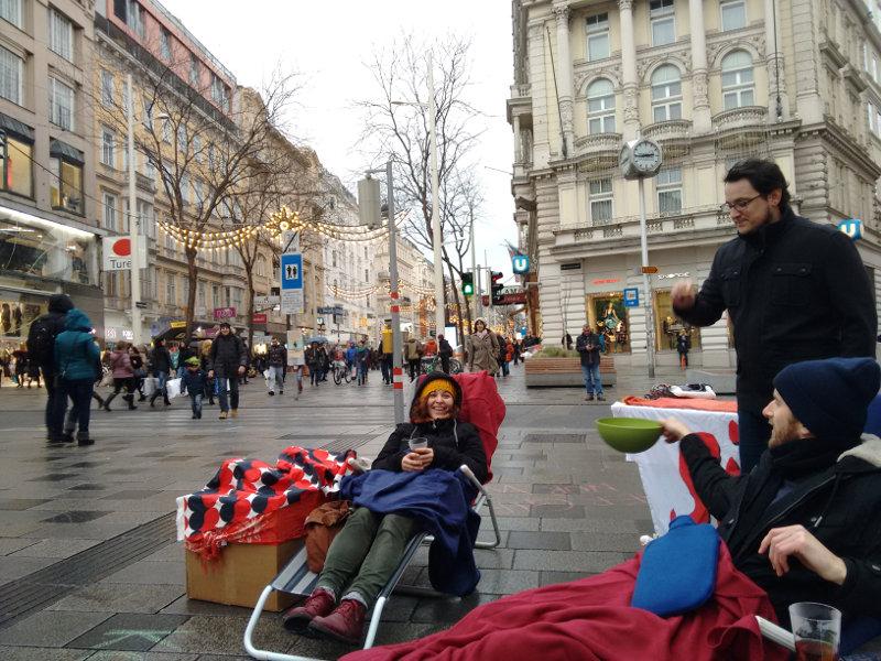 Wiener Südwind AktivistInnen laden in die konsumfreie Zone ein