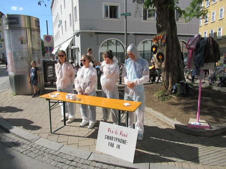 """""""Fix & Foxi Smartphone-Fabrik"""" – Die AktivistInnen schaffen Bewusstsein am 1.Mai"""
