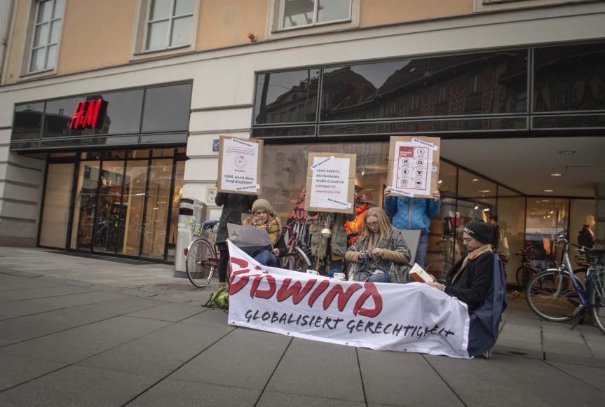 Turn Around, H&M! Südwind AktivistInnen informieren über das Versprechen desModekonzerns